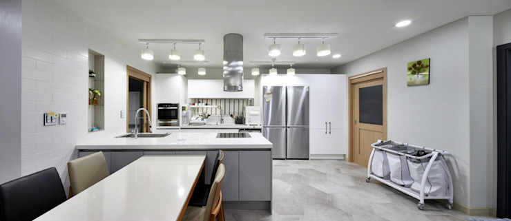 Modern Kitchen by 윤성하우징 Modern