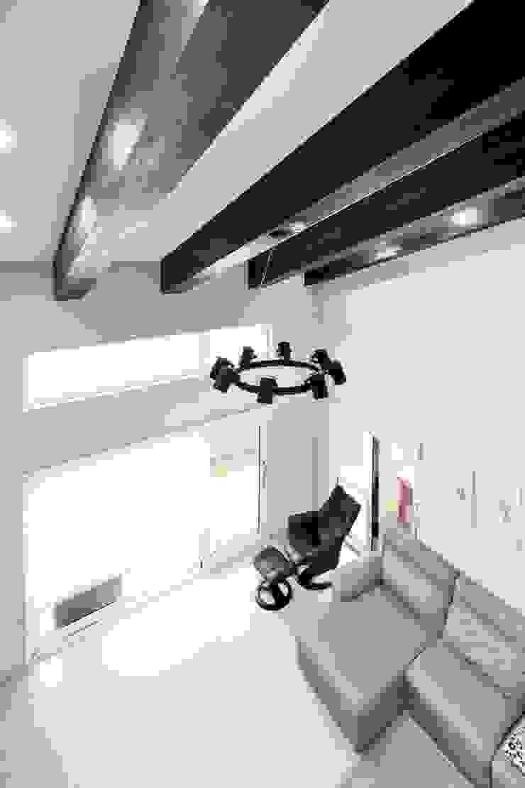 现代客厅設計點子、靈感 & 圖片 根據 윤성하우징 現代風
