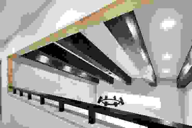 現代風玄關、走廊與階梯 根據 윤성하우징 現代風