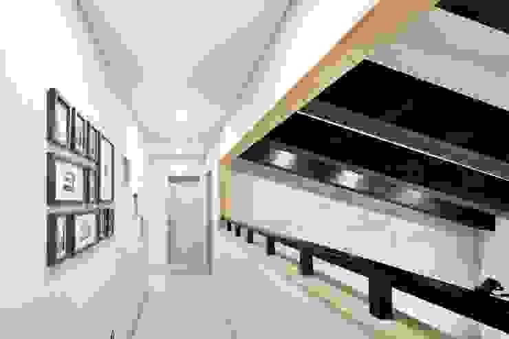 Pasillos, vestíbulos y escaleras de estilo moderno de 윤성하우징 Moderno