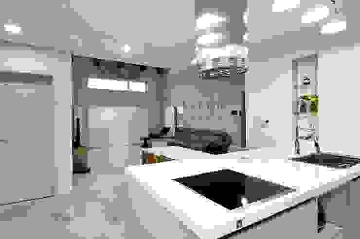 現代廚房設計點子、靈感&圖片 根據 윤성하우징 現代風
