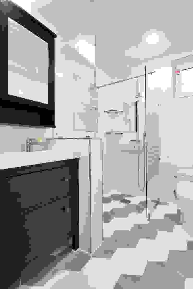 現代浴室設計點子、靈感&圖片 根據 윤성하우징 現代風