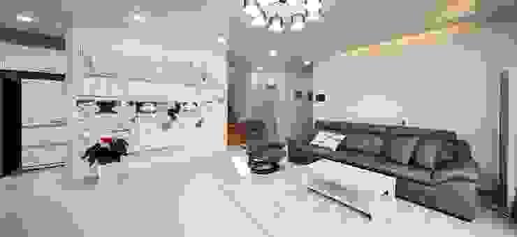 은평 뉴타운에 자리잡은 네 가족의 꿈 (서울 은평구 주택): 윤성하우징의  거실,클래식