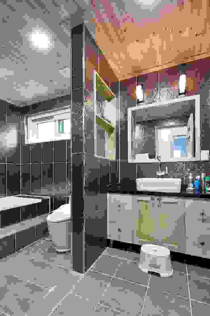 아기자기함과 따스함을 모두 담은 행복터 (양평 도장리 주택) 인더스트리얼 욕실 by 윤성하우징 인더스트리얼