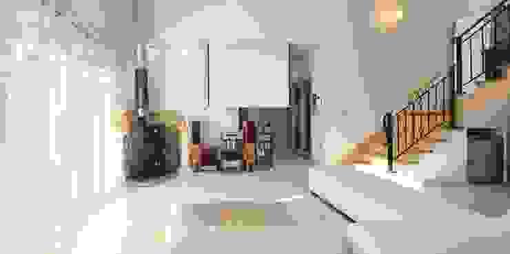 Living room by 윤성하우징,
