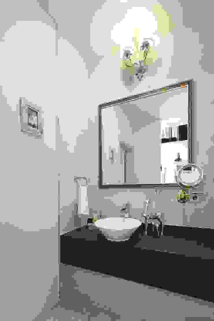 동화 속에 나오는 언덕 위 나의 집(충주 괴동리) 클래식스타일 욕실 by 윤성하우징 클래식