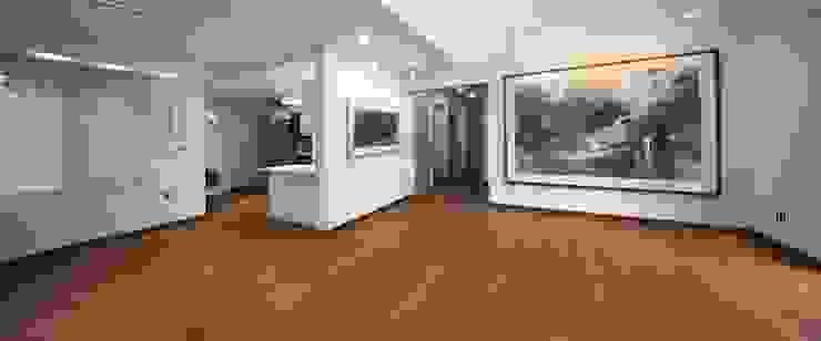 푸른 숲 속, 나만의 미술관 (양평 문호리) 클래식스타일 거실 by 윤성하우징 클래식