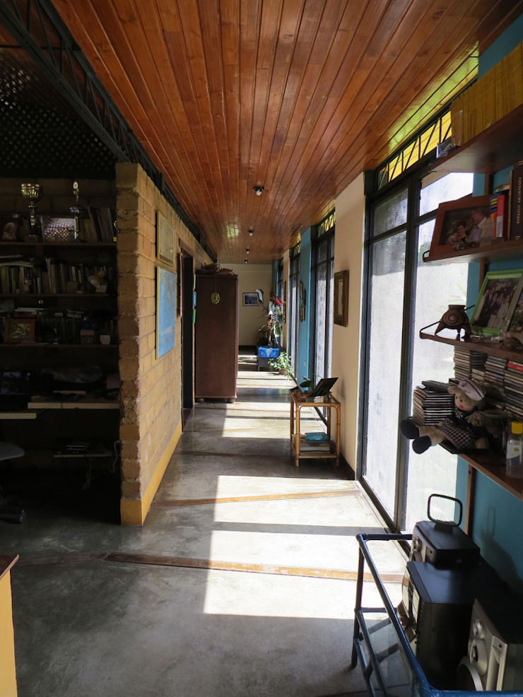 Corredor – Entrada de sol en la mañana Pasillos, vestíbulos y escaleras de estilo rural de YUSO Rural