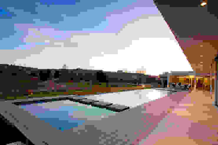 Vista Piscina 02 Piletas modernas: Ideas, imágenes y decoración de Poggi Schmit Arquitectura Moderno