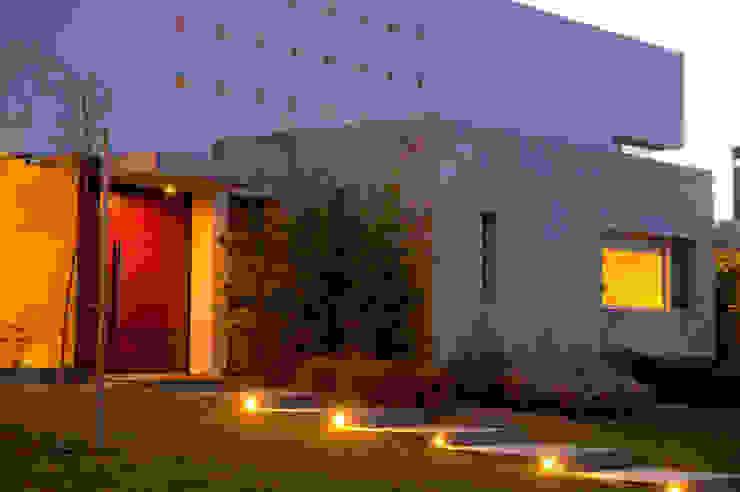 Case moderne di Poggi Schmit Arquitectura Moderno