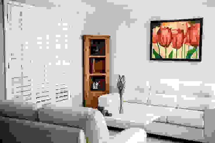 Shutter blanca de tres paneles en sala Puertas y ventanas coloniales de Whitewood Shutters Colonial