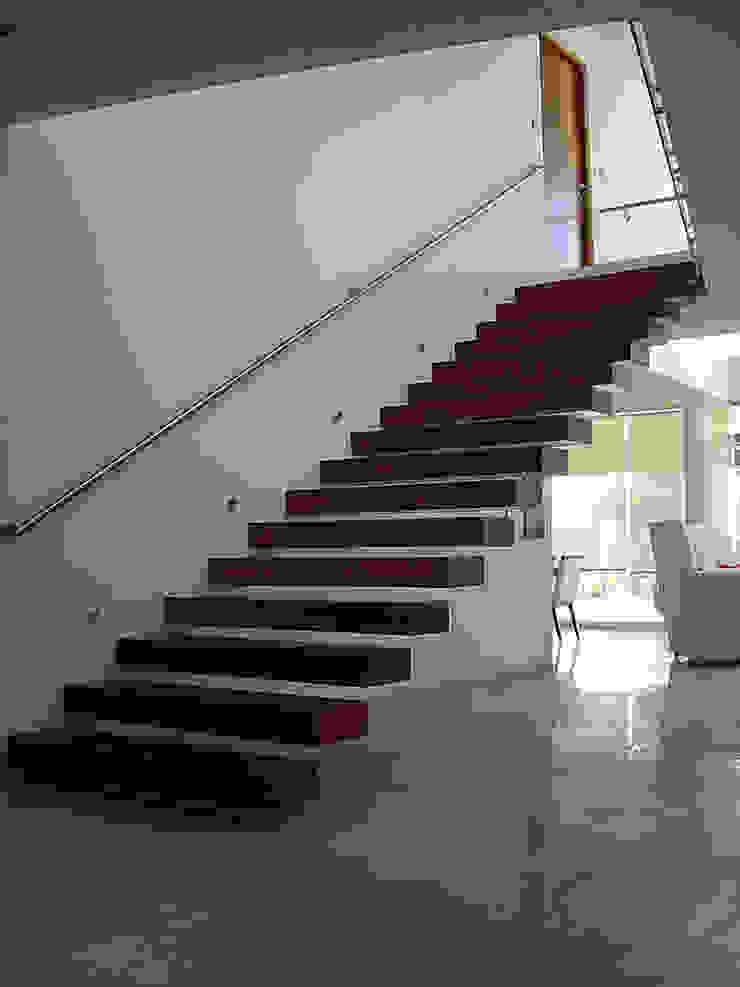 Escalera empotrada de madera Pasillos, vestíbulos y escaleras modernos de AParquitectos Moderno Madera Acabado en madera