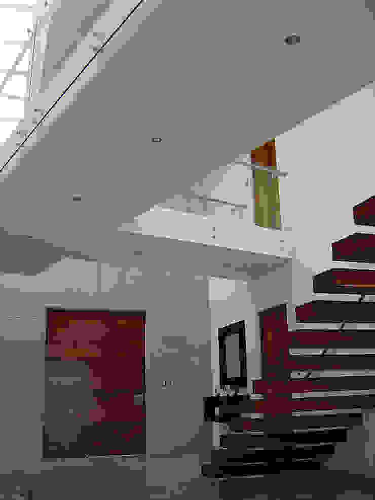 Escalera con puente Pasillos, vestíbulos y escaleras modernos de AParquitectos Moderno