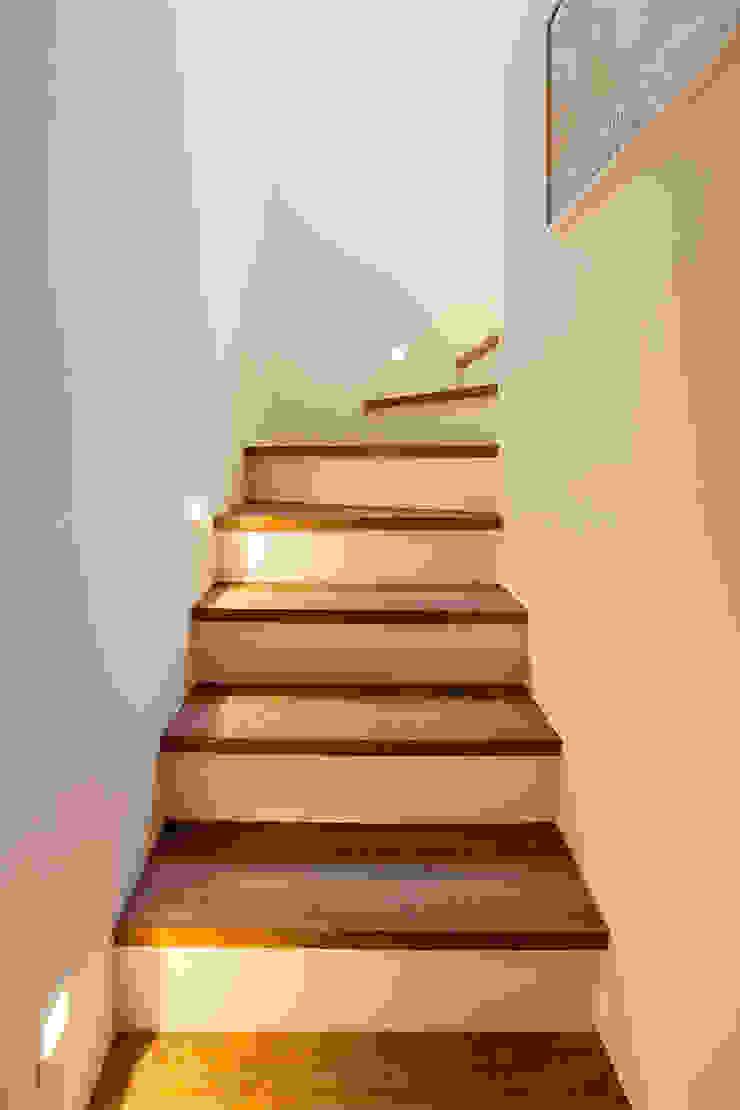 Pasillos, vestíbulos y escaleras de estilo ecléctico de Tria Arquitetura Ecléctico
