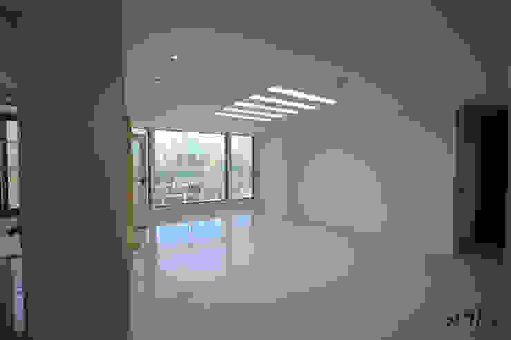 관평동 테크노밸리 10단지 꿈에그린아파트 34평형 모던스타일 거실 by 더홈인테리어 모던