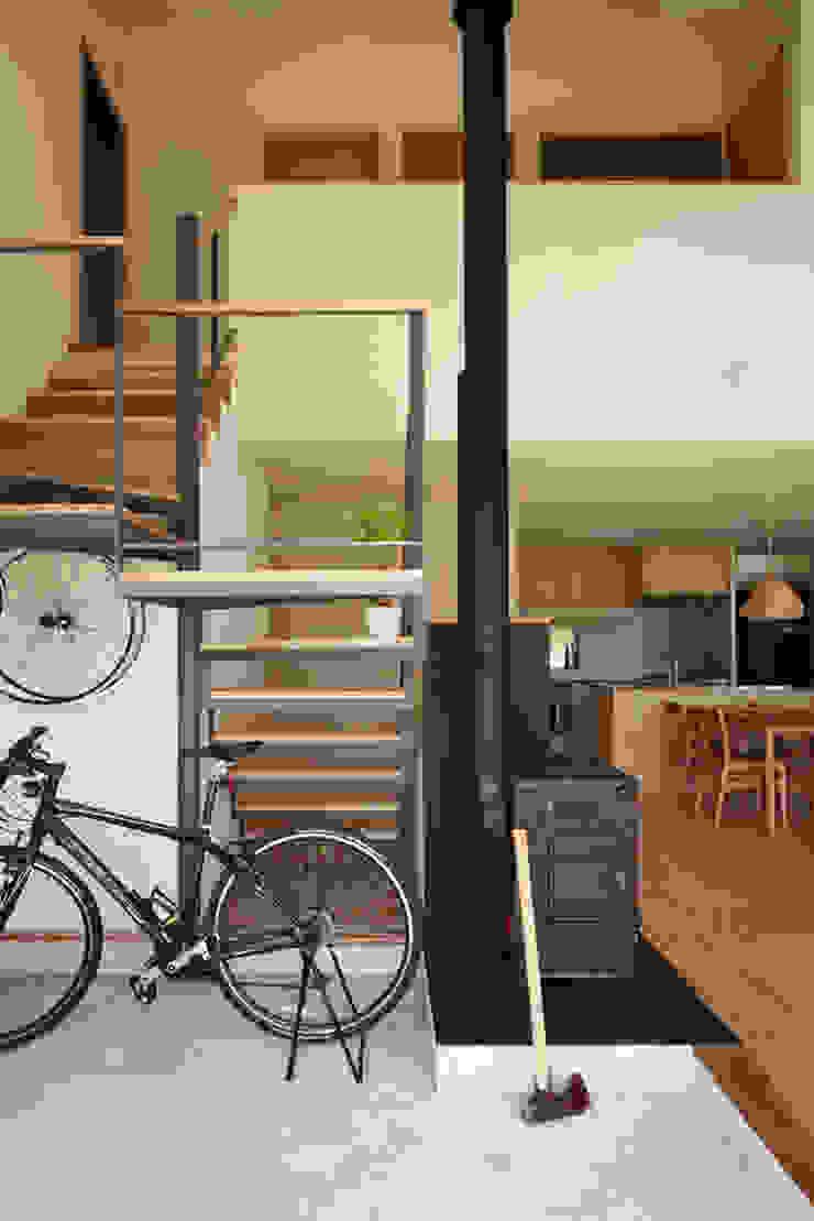 toki Architect design office 現代風玄關、走廊與階梯 鐵/鋼 Black