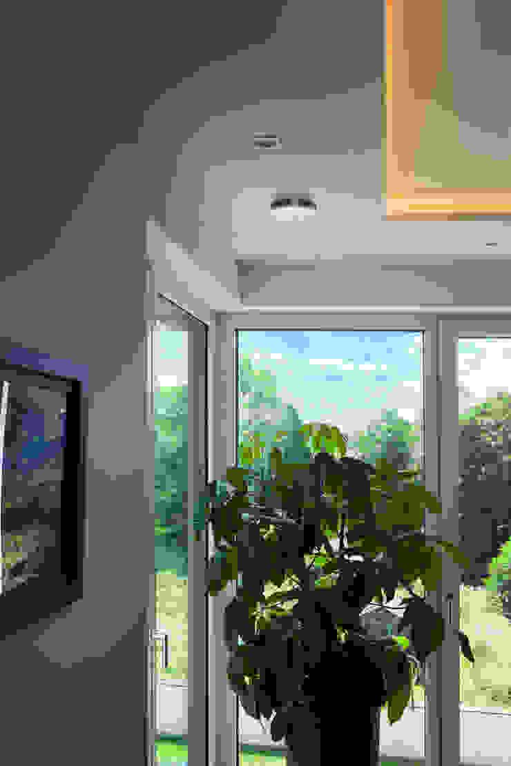 Asian style corridor, hallway & stairs by Klaus Geyer Elektrotechnik Asian