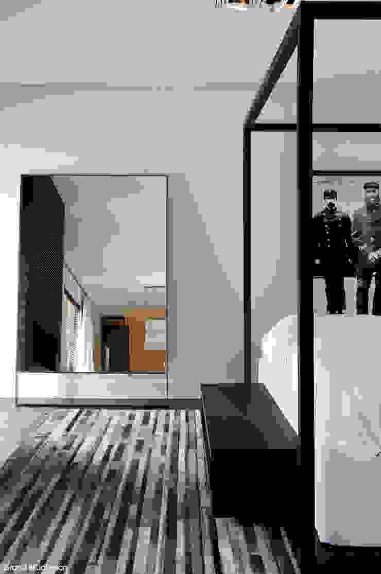 Grand & Johnson Modern style bedroom