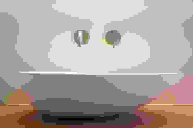 Metamorfose van jaren '60 bungalow Moderne badkamers van Architect2GO Modern Keramiek