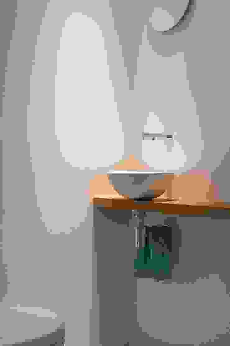 Toilet als meditatieruimte Moderne badkamers van Architect2GO Modern Tegels