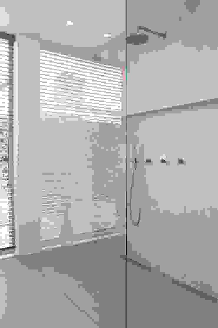 Inloopdouche met zicht op tuin Moderne badkamers van Architect2GO Modern Tegels