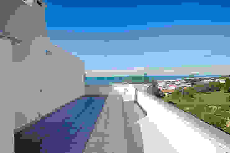 Casa de Praia Varandas, marquises e terraços industriais por Santiago | Interior Design Studio Industrial