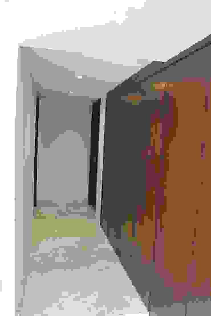 CASA T-B Pasillos, vestíbulos y escaleras modernos de IARKITECTURA Moderno Madera Acabado en madera