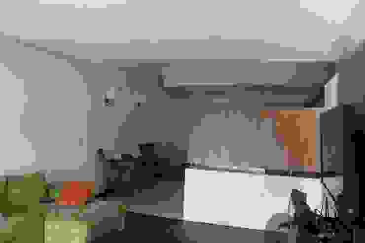 DEPARTAMENTO R-G Salas multimedia modernas de IARKITECTURA Moderno Madera Acabado en madera