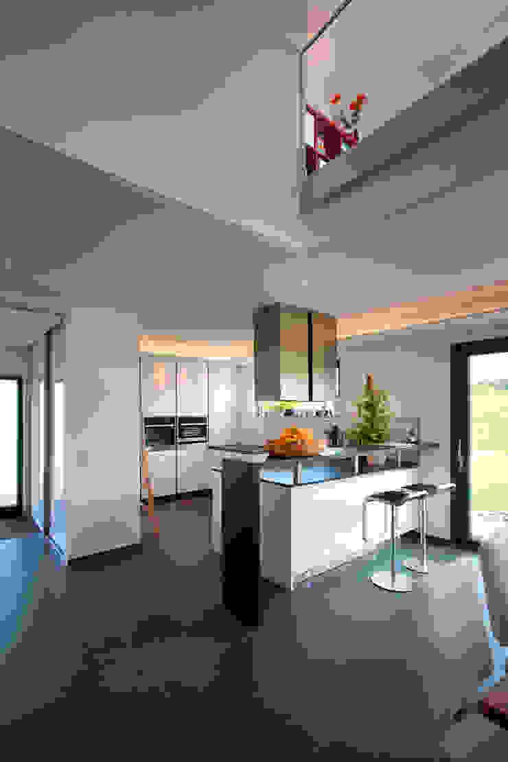 Nhà bếp phong cách Địa Trung Hải bởi Klaus Geyer Elektrotechnik Địa Trung Hải