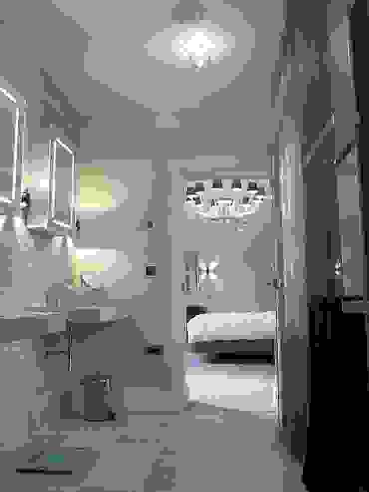 Nottingham Mansion - En suite Bathroom Casas de banho modernas por David Village Lighting Moderno