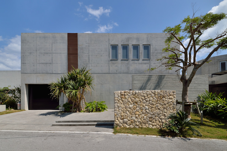 Tropical style houses by 門一級建築士事務所 Tropical Concrete