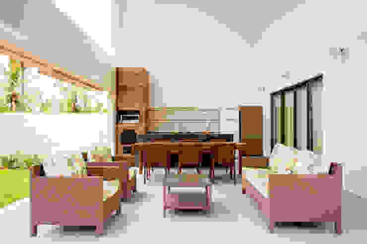بلكونة أو شرفة تنفيذ Carolina Mota - Arquitetura, Interiores e Iluminação,
