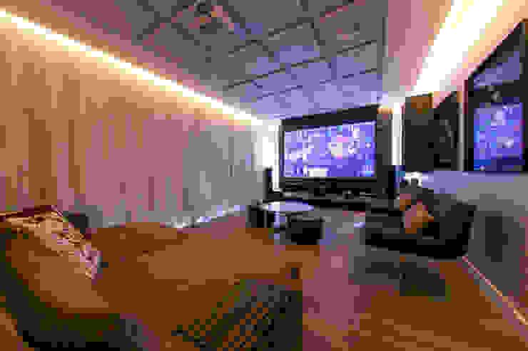 غرفة الميديا تنفيذ Carolina Mota - Arquitetura, Interiores e Iluminação,