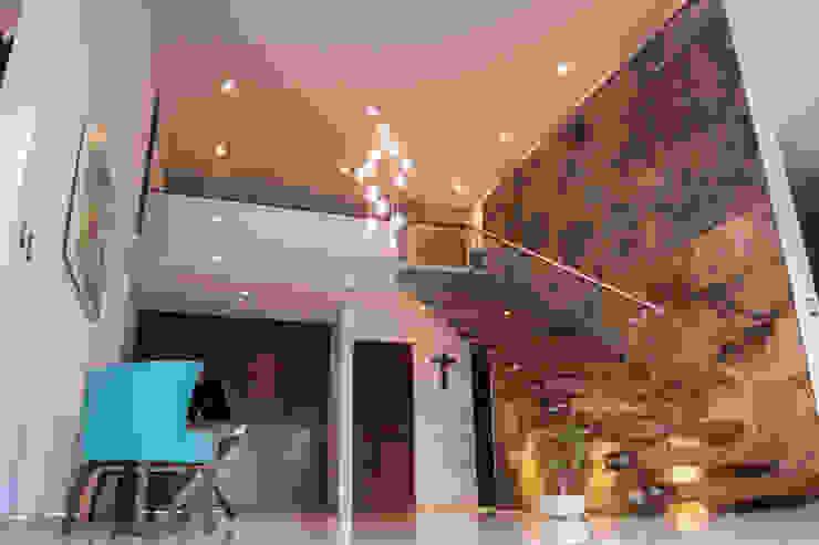Escalera con pasillo Pasillos, vestíbulos y escaleras modernos de AParquitectos Moderno