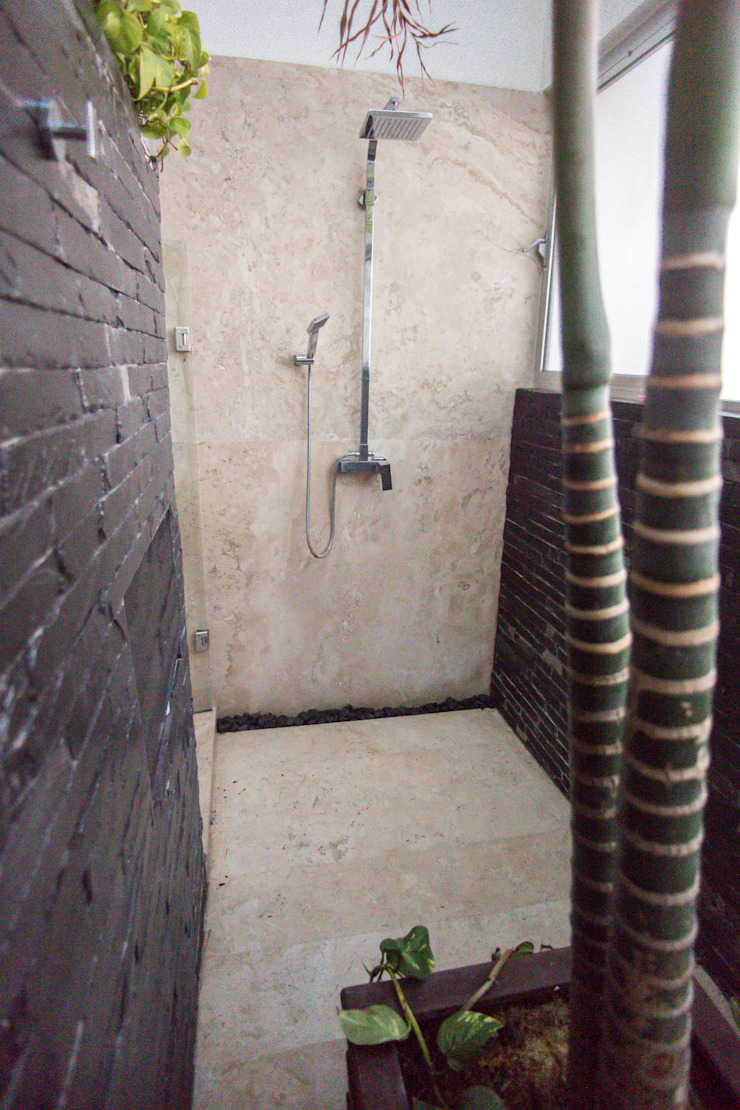 Regadera con bamboo Baños modernos de AParquitectos Moderno