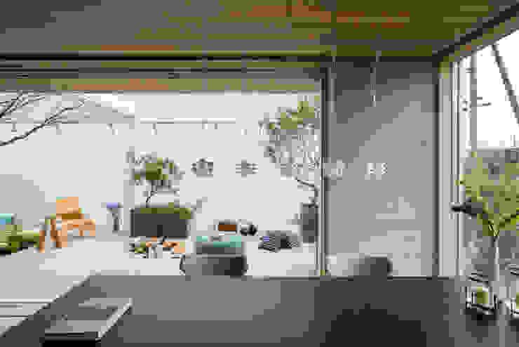 现代客厅設計點子、靈感 & 圖片 根據 Mアーキテクツ 高級邸宅 豪邸 注文住宅 別荘建築 LUXURY HOUSES   M-architects 現代風