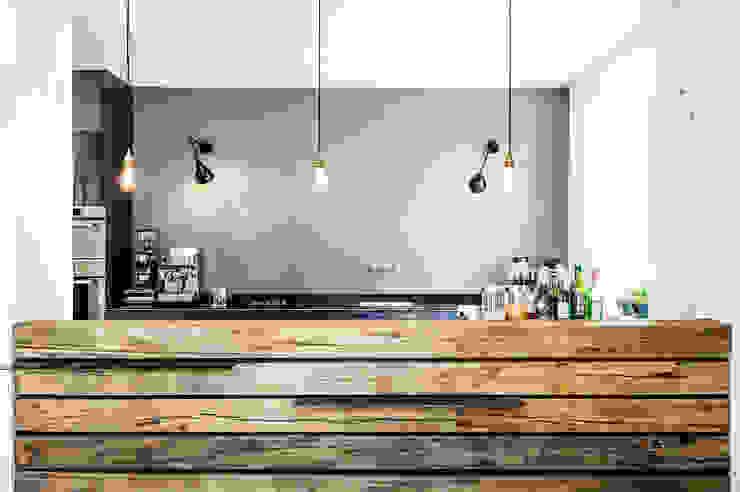 Cozinhas modernas por BESPOKE GmbH // Interior Design & Production Moderno Ferro/Aço