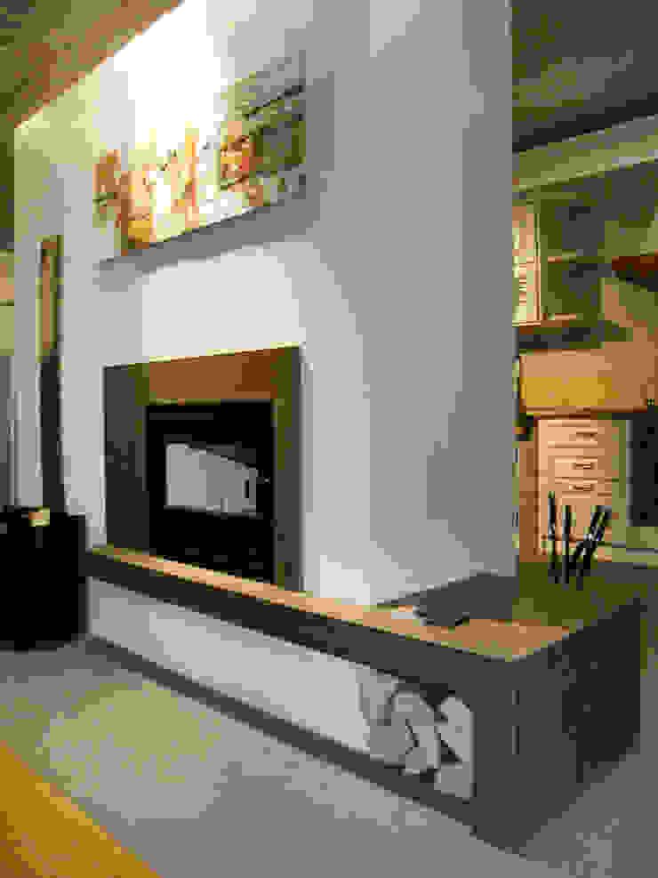 Livings de estilo moderno de SALM Caminetti Moderno Mármol