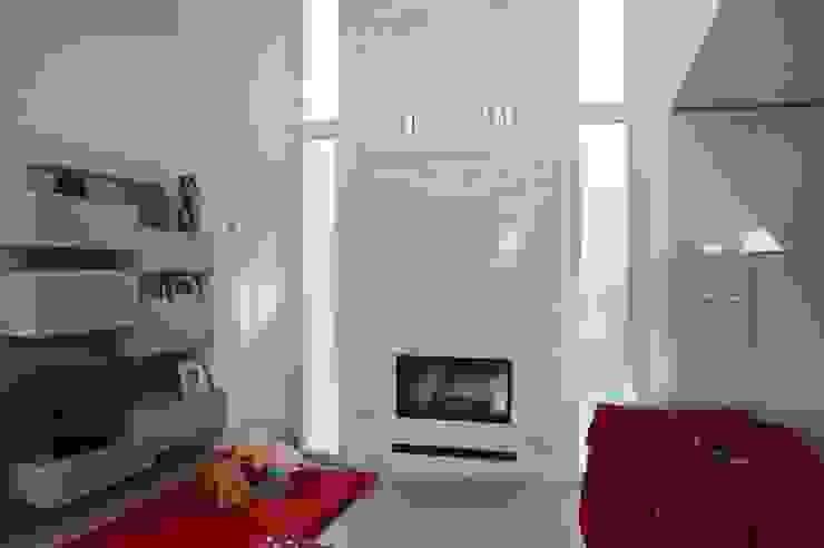 Livings de estilo moderno de SALM Caminetti Moderno Piedra