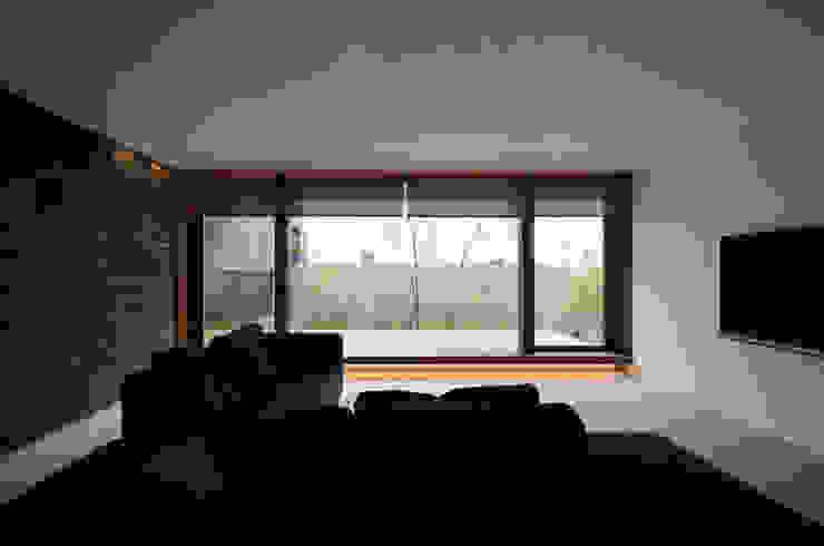 Salas de estar modernas por バウムスタイルアーキテクト一級建築士事務所 Moderno