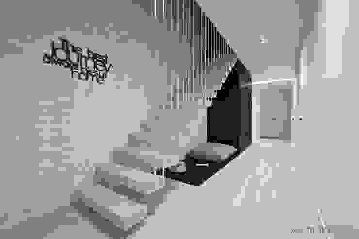 MIRAI STUDIO Minimalist corridor, hallway & stairs Bricks White