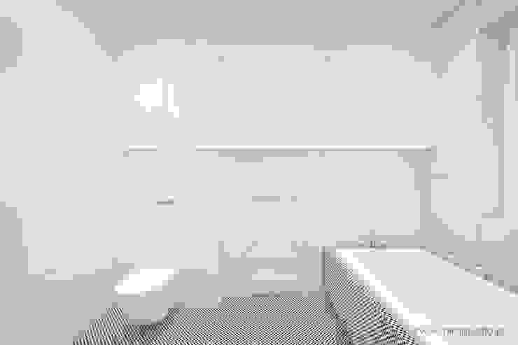 MIRAI STUDIO Minimalist style bathrooms Tiles White