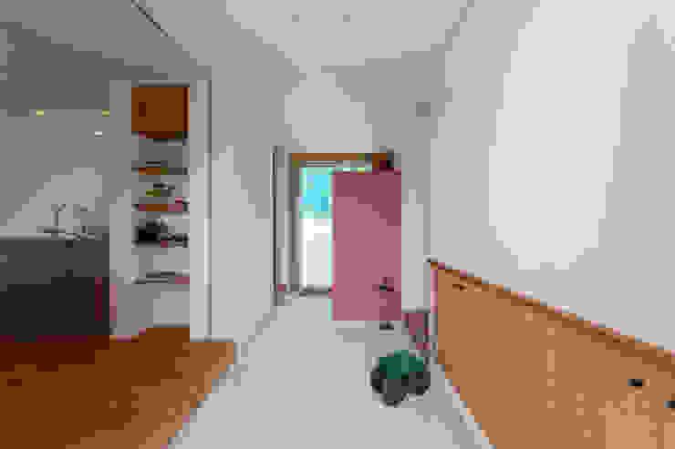 สไตล์ผสมผสาน ทางเดินห้องโถงและบันได โดย エコリコデザイン一級建築士事務所 ผสมผสาน