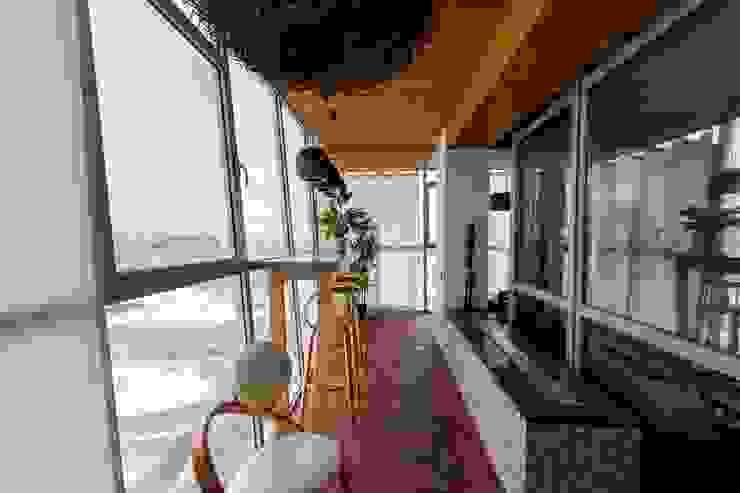 Minimalist balcony, veranda & terrace by Студия дизайна интерьера 'Золотое сечение' Minimalist