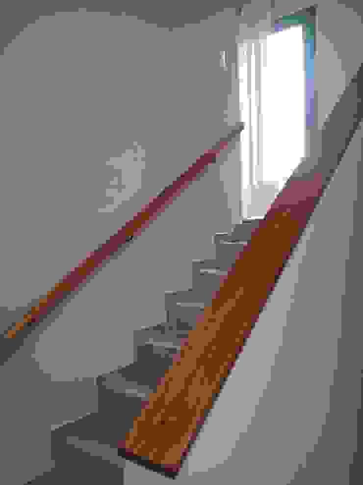 Modern corridor, hallway & stairs by BULLK CONSTRUCTORA Modern