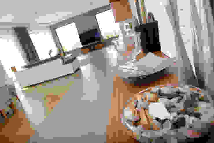 Livings de estilo moderno de in2home Moderno Madera Acabado en madera