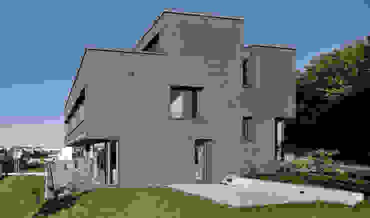 Gartenansicht / Terrasse gerken.architekten+ingenieure Moderne Häuser Grau
