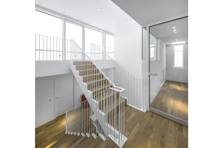gerken.architekten+ingenieure Couloir, entrée, escaliers modernes