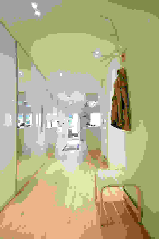 Couloir, entrée, escaliers modernes par Bettina Wittenberg Innenarchitektur -stylingroom- Moderne