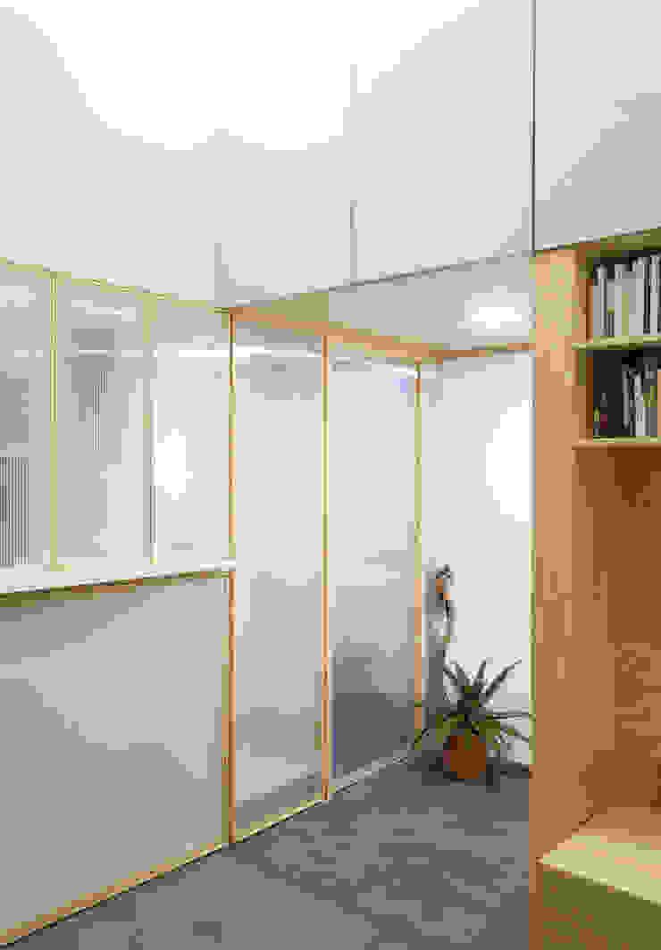 espacio Thea Puertas y ventanas minimalistas de IR arquitectura Minimalista